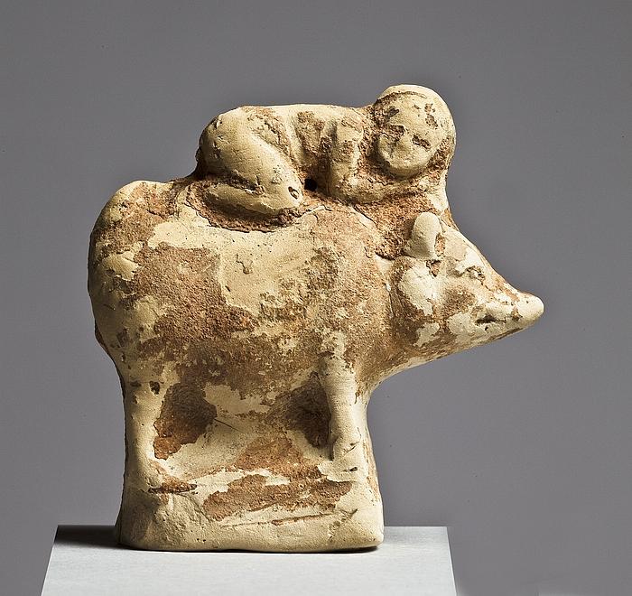 Statuette af en gris med et barn på ryggen. Vestgræsk