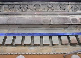 Ill. 4. Sandstensgesims på hovedfacaden før restaureringen i 2006. (Foto: BK ApS)