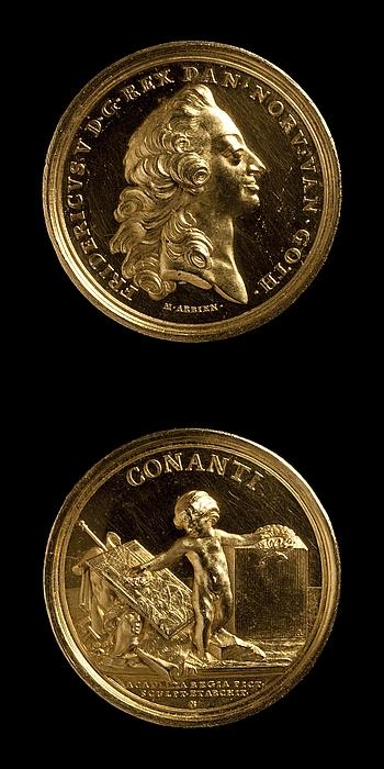 Medalje forside: Frederik 5. Medalje bagside: En genius rækker en krans hen over kunstarterne