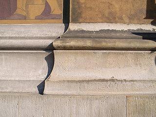 Detalje af lisénbase af sandsten på kanalfacaden før restaureringen i 2007. (Fotos: BK ApS)