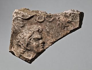 Campanarelief med hoved af satyr og vinranker. Romersk