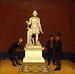 A.F. Tscherning viser to bønder statuen af Vulcan i Thorvaldsens Museum
