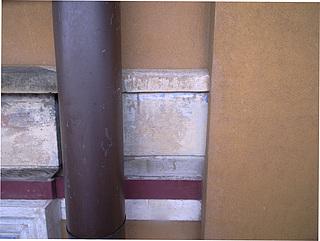 Blåt farvespor fundet under drypnæsen på kordongesimsen af sandsten på kanalfacaden.