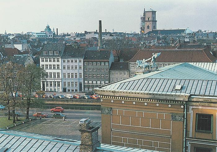 Forhalspartiets sydside set fra Christiansborg mod Gammel Strand
