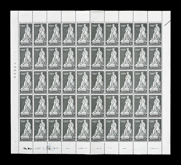 Ark med 50 italienske frimærker med Thorvaldsens statue af George Gordon Byron