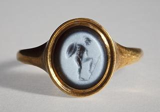 Kriger ramt i foden af en pil. Hellenistisk-romersk ringsten
