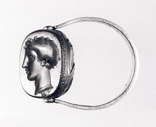 Kvindehoved. Græsk klassisk gravering på ældre skarabæ