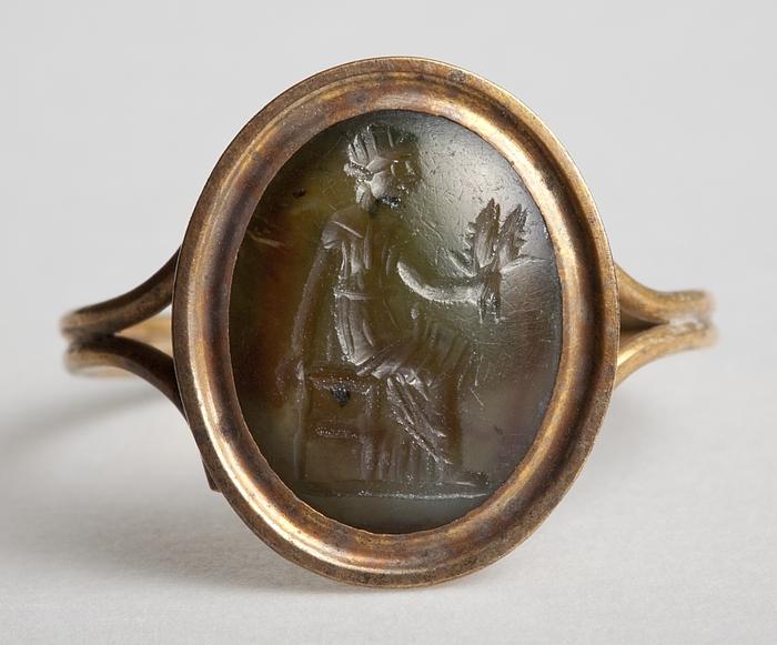 Demeter siddende med kornaks. Hellenistisk-romersk ringsten
