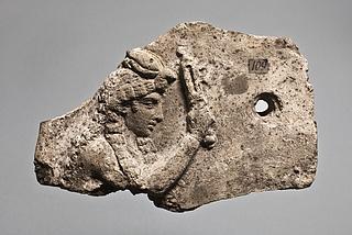 Campanarelief med kvinde med sistrum og griffekrone. Romersk