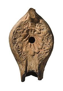 Lampe med en muslingeskal og floralornament. Romersk nordafrikansk