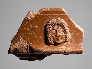 Tallerken med reliefdekoration af en tragisk maske. Romersk
