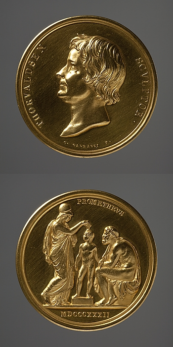 Medalje forside: Portræt af Thorvaldsen. Medalje bagside: Minerva og Prometheus