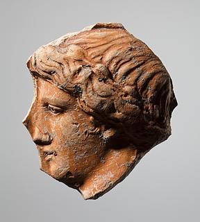 Kar (?) med reliefdekoration af et kvindehoved i profil. Romersk