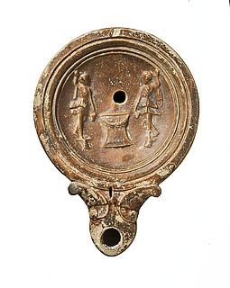 Lampe med to larer ved et alter. Romersk