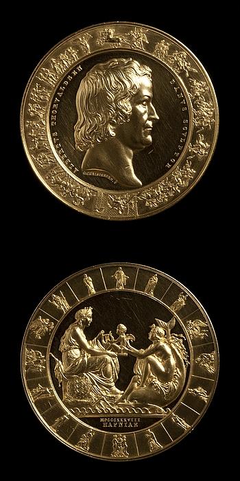 Thorvaldsen Medaljen forside: Portræt af Thorvaldsen. Medaljens bagside: Galathea overrækker Danmark Thorvaldsens Amor med lyren